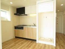 四谷フラワーマンション キッチンと洗濯機置場
