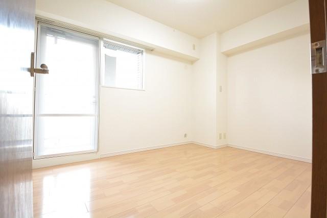 約5.9畳、西側窓付きの明るい洋室