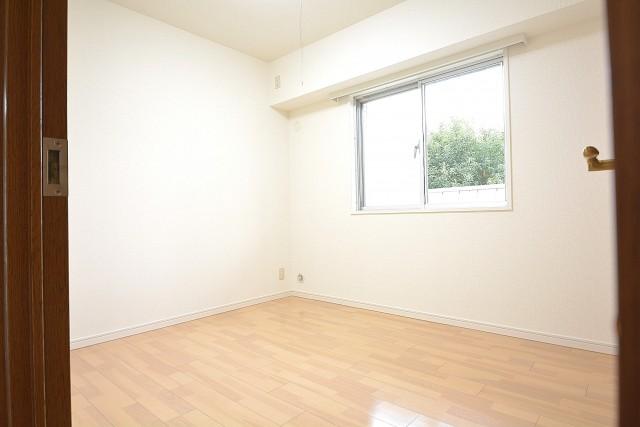 約5.0畳、西側窓付きの明るい洋室