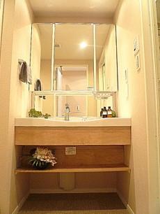 代官山マンション 4面鏡の洗面化粧台です。602