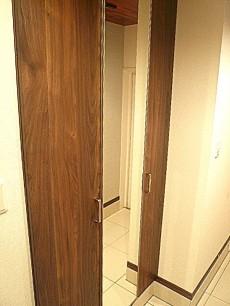 サングリア中目黒 玄関収納にはミラー付。