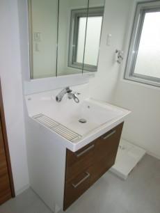 牛込中央マンション 窓のある洗面室