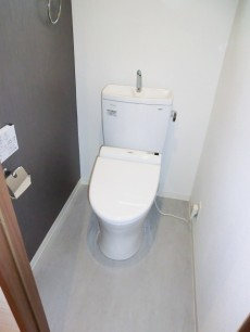 牛込中央マンション アクセントクロスがオシャレなトイレ