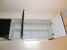 上部には耐震ラッチ付吊戸棚