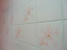 キッチンの壁面タイルはお花模様
