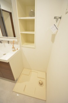 洗濯機置場の上には収納棚もあります。