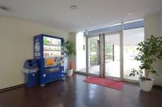 パシフィック馬事公苑前 エントトランス内部には自販機あります。
