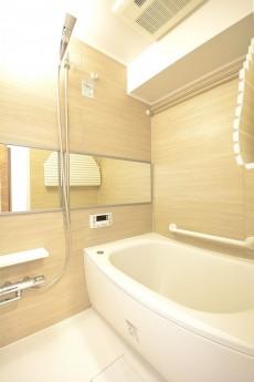 追い焚きと浴室換気乾燥機能付きバスルーム
