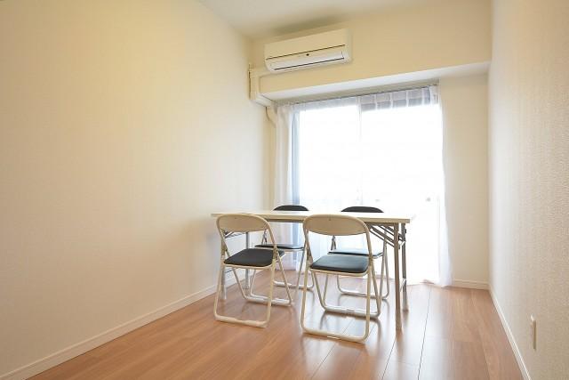 エアコン付きの約4.5畳の洋室