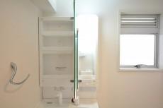 洗面室には窓もあります