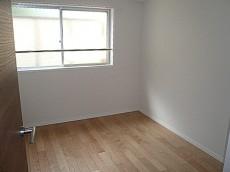 マンション都立大 玄関右にある4.3帖・洋室です。203