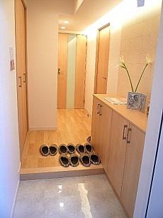 セブンスターマンション東山 人感センサー設置の玄関です。