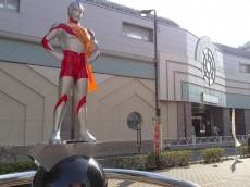レジデンシャルステート砧 ウルトラマン像と駅