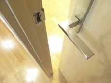 ディナスカーラ新宿 洋室の扉