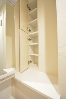 洗面化粧台の右横の収納