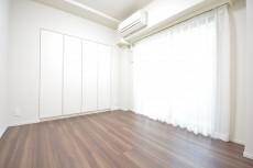 エアコン設置済みの約5.0畳の洋室