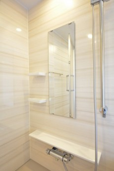 追い焚き機能と浴室乾燥機付きのバスルーム