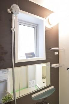 浴室は窓があります。