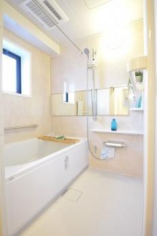 追い焚きと浴室換気乾燥機付きバスルーム