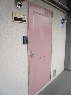 用賀マンション ピンク色の玄関