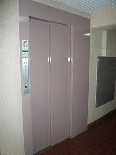 ピンク色のエレベーター
