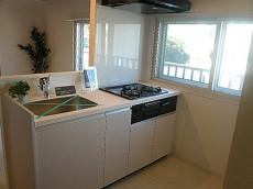 第三宮庭マンション 窓のある清々しいキッチン