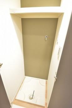 上に棚のある洗濯機置場