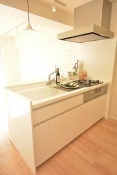 真っ白のシステムキッチン
