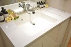 カウンター一体型洗面ボウルでお掃除も楽です