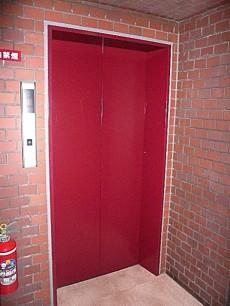 グリーンキャピタル広尾 赤いエレベーターです。