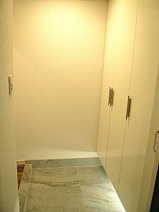 グリーンキャピタル広尾 白を基調とした玄関ホール。