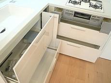 真っ白なL字キッチン 収納