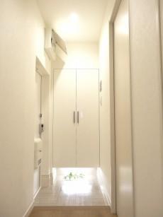 第1恵比寿マンション 白基調の明るい玄関ホール