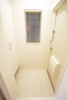 光建ハイムブリリアンス日本橋浜町四番館 ホワイト基調の明るい玄関ホール