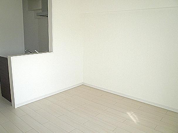 柿の木坂パレス 真っ白なダイニングキッチンです。