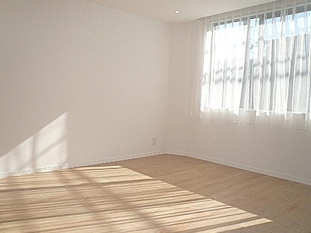 大きな窓の洋室・8.6帖です。