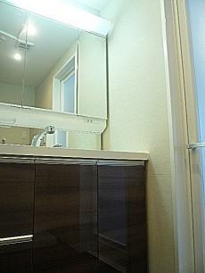 4面鏡の洗面化粧台。