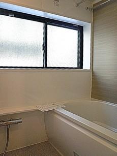 大きな窓のバスルーム。
