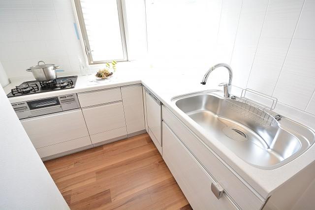 トゥール高輪 作業スペースの広いL字型キッチン