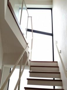 グラントレゾール広尾 キッチン奥の階段からベッドルームへ