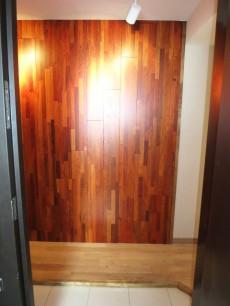 ウッドパネルが重厚感ある玄関