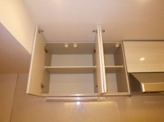 ニックハイム中目黒 キッチン上部には耐震ラッチ付吊戸棚
