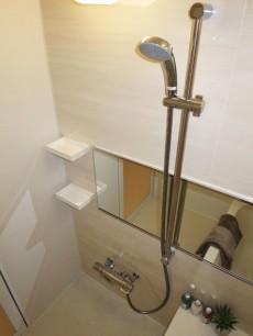 ニックハイム中目黒 浴室換気乾燥機が設置されたバスルーム