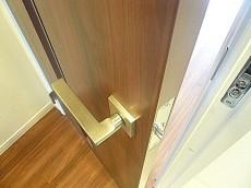 玉川サンケイハウス 廊下正面の扉