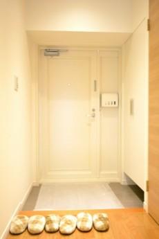 大森西サンハイツ 白基調の玄関ホール