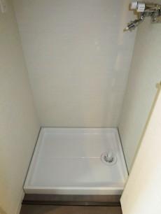 扉つきの洗濯機置き場