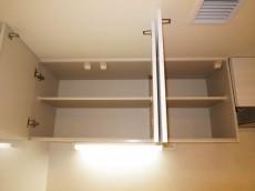 天井に耐震ラッチ付の吊戸棚があります