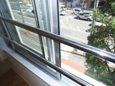 春日通りに面した窓は二重サッシ