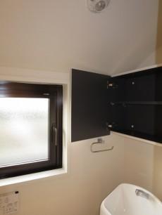 トイレの窓&吊戸棚
