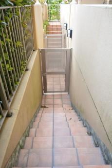 グランシティ上用賀ラ・アヴェニュー 外へ続く階段